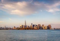 I stadens centrum Manhattan från färjan Fotografering för Bildbyråer