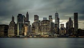 I stadens centrum Manhattan horisont från den Brooklyn bron parkerar fotografering för bildbyråer