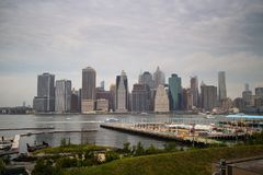 I stadens centrum Manhattan, New York City från Brooklyn Royaltyfri Fotografi