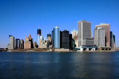 I stadens centrum Manhattan och Freedom Tower från Hudson River Royaltyfri Bild
