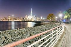I stadens centrum Manhattan på natten som sett från Jersey City arkivbild