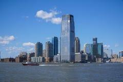 I stadens centrum Manhattan skyskrapor - sikt från frihetön MANHATTAN - NEW YORK - APRIL 1, 2017 Royaltyfria Foton