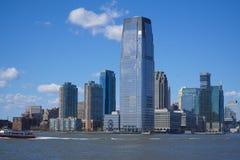 I stadens centrum Manhattan skyskrapor - sikt från frihetön MANHATTAN - NEW YORK - APRIL 1, 2017 Arkivfoto