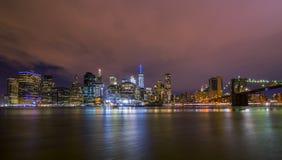 I stadens centrum Manhatten horisont på natten royaltyfria foton