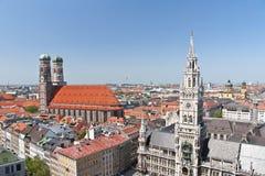 I stadens centrum, Mariyenplatts, nytt stadshus och Frauenkirkh, Munich, Tyskland Fotografering för Bildbyråer