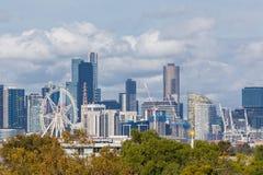 I stadens centrum Melbourne med moderna byggnader Arkivfoto