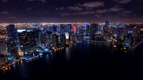I stadens centrum Miami flyg- natthorisont Arkivbild