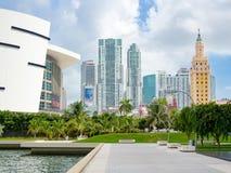 I stadens centrum Miami inklusive Freedom Tower och den American Airlines arenan Arkivfoton