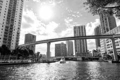 I stadens centrum Miami längs den Miami flodöppningen med den Brickell tangenten in Royaltyfri Foto