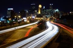 I stadens centrum Minneapolis Minnesota på natten Arkivbild