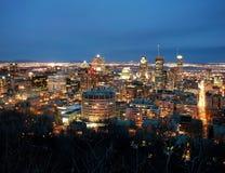 I stadens centrum montreal på natten Arkivfoto