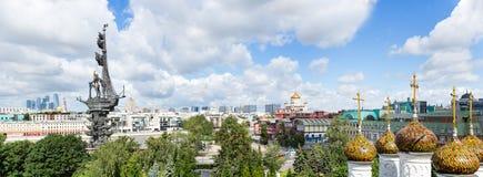 I stadens centrum Moskva, Peter den stora statyn, Kristus den athedral en för frälsare Ñ Fotografering för Bildbyråer