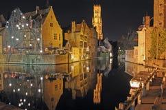 i stadens centrum natt för brugge kanal Royaltyfri Bild