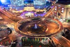 i stadens centrum natt shanghai royaltyfri bild