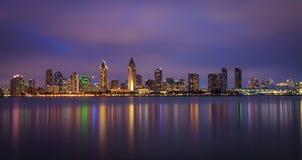 I stadens centrum natthorisont av San Diego, Kalifornien Royaltyfri Bild