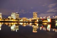 i stadens centrum nattportland sikt Fotografering för Bildbyråer
