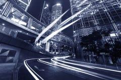 i stadens centrum natttrafik Royaltyfri Foto