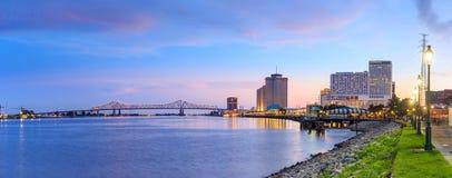 I stadens centrum New Orleans, Louisiana och Mississippiet River arkivfoton
