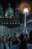 I stadens centrum olympisk flamma Rio2016 royaltyfri fotografi