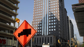 I stadens centrum Pittsburgh med konstruktionstecknet Royaltyfri Foto