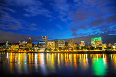 I stadens centrum Portland cityscape på nattetiden Royaltyfria Bilder