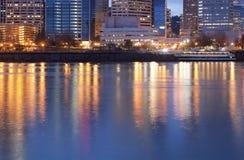 I stadens centrum Portland, Oregon och Willamette flod Royaltyfri Foto