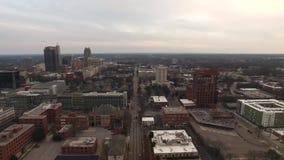 I stadens centrum Raleigh NC flyg- stadsbyggnader från öst stock video