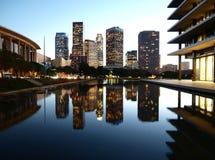 i stadens centrum reflektera för ladamm Arkivfoto