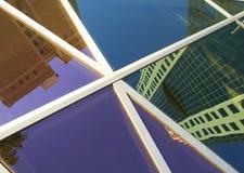i stadens centrum reflexioner Arkivbild