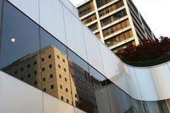 i stadens centrum reflexioner Arkivfoton