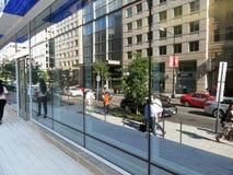 i stadens centrum reflexioner Arkivfoto