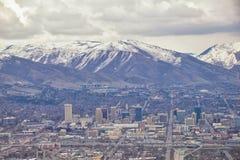 I stadens centrum Salt Lake City panoramautsikt av Wasatch Front Rocky Mountains fr?n flygplanet i tidig v?rvinter med sm?ltande  arkivfoton