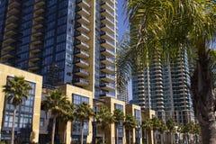 I stadens centrum San Diego Condos och detaljhandel Fotografering för Bildbyråer