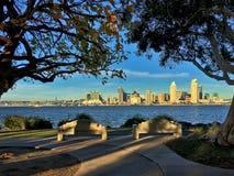 I stadens centrum San Diego från Bayview parkerar i Coronado, Kalifornien, USA Royaltyfria Bilder