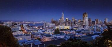 I stadens centrum San Francisco cityscape under tidig natt Arkivfoton