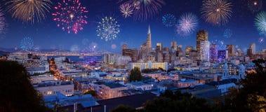 I stadens centrum San Francisco stadsscape med fyrverkerier på nya år Fotografering för Bildbyråer