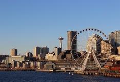 I stadens centrum Seattle horisont och strand Arkivfoto
