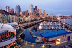 I stadens centrum Seattle med nattljus Royaltyfri Fotografi