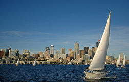 i stadens centrum segling Arkivfoto