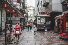 I stadens centrum Shanghai var folket går på gatorna arkivbild