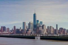 I stadens centrum sikt av Manhattan ny tagen fron - ärmlös tröjasida över Hudson River arkivbild