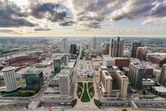 I stadens centrum St Louis från bågen fotografering för bildbyråer