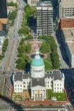 I stadens centrum St Louis, MO med den gamla domstolsbyggnaden royaltyfria foton