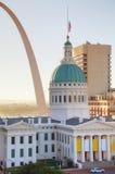 I stadens centrum St Louis, MO med den gamla domstolsbyggnaden royaltyfri foto