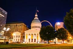 I stadens centrum St Louis, MO med den gamla domstolsbyggnaden Arkivfoto