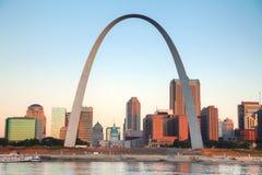 I stadens centrum St Louis, MO med den gamla domstolsbyggnaden och nyckeln Ar Royaltyfri Foto