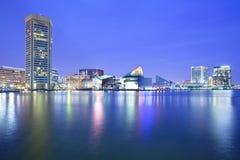 I stadens centrum stadshorisont och inre hamn på natten Royaltyfria Foton