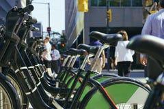 I stadens centrum Toronto, cykelkuggar på solnedgången Royaltyfria Foton
