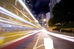 I stadens centrum trafik på natten Royaltyfri Foto