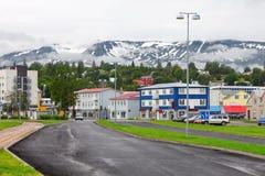 I stadens centrum typisk gata av Akureyri Royaltyfri Bild